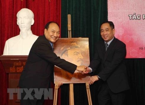 Bàn giao tác phẩm mỹ thuật bảo quản, tu sửa cho bảo tàng Lào