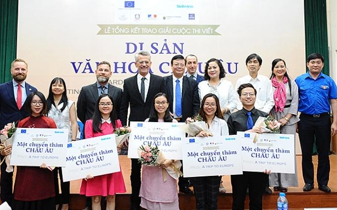 Năm bạn trẻ Việt Nam giành giải thưởng