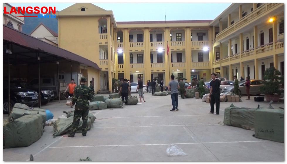 Lực lượng chức năng bắt giữ số lượng lớn hàng nhập lậu tại huyện Văn Lãng