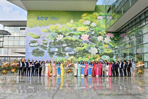 2 bức tranh hoa sen ở Nội Bài giành huy chương Vàng thiết kế quốc tế