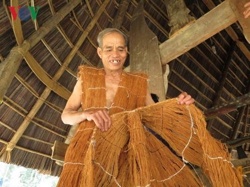 Độc đáo trang phục vỏ cây của người Cơ Tu