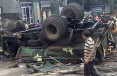 Tránh ôtô phía trước, xe tải quân sự chở 30 chiến sỹ bị lật