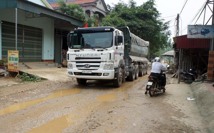 """Bắc Sơn: Xe quá tải """"cày"""" nát đường huyện 78"""