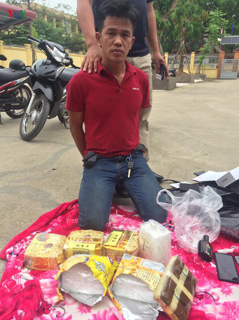 Bắt nhóm đối tượng vận chuyển 8kg ma túy đá từ Lào về Việt Nam 