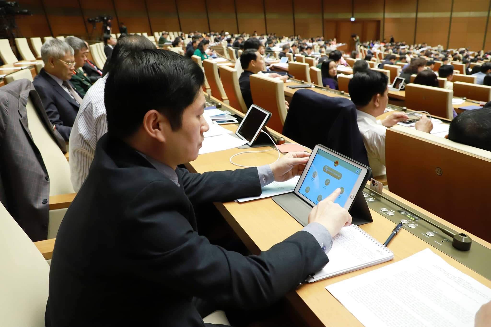 Quốc hội nghe báo cáo về 2 dự án luật trong ngày làm việc đầu tiên