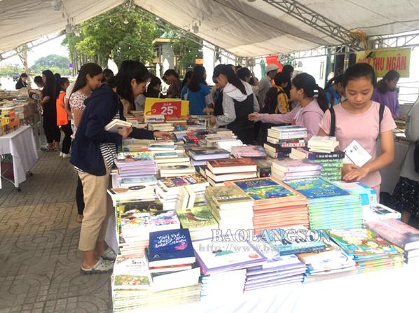 Lạng Sơn: Hơn 3000 đầu sách được trưng bày tại Hội sách nửa giá