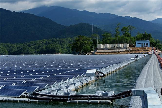 Phát điện nhà máy điện mặt trời đầu tiên lắp đặt trên mặt hồ