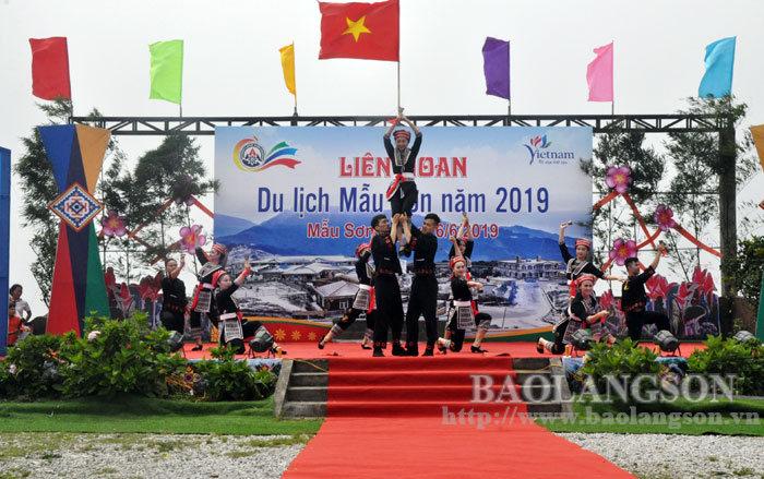 Hàng nghìn du khách tham dự liên hoan du lịch Mẫu Sơn
