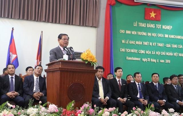 Ngành giáo dục Campuchia tiếp nhận quà tặng của Việt Nam