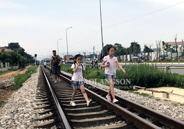 Đi bộ trên đường sắt: Tiềm ẩn nguy cơ tai nạn