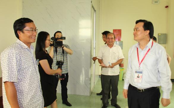 Bộ trưởng Phùng Xuân Nhạ kiểm tra công tác chấm thi ở Bình Định