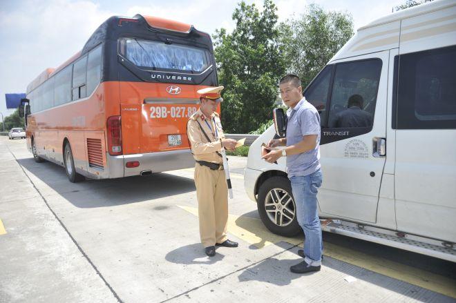 CSGT ra quân tổng kiểm tra ô tô khách, container và mô tô