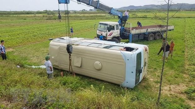 Lật xe chở công nhân may ở Nghệ An khiến 21 người bị thương