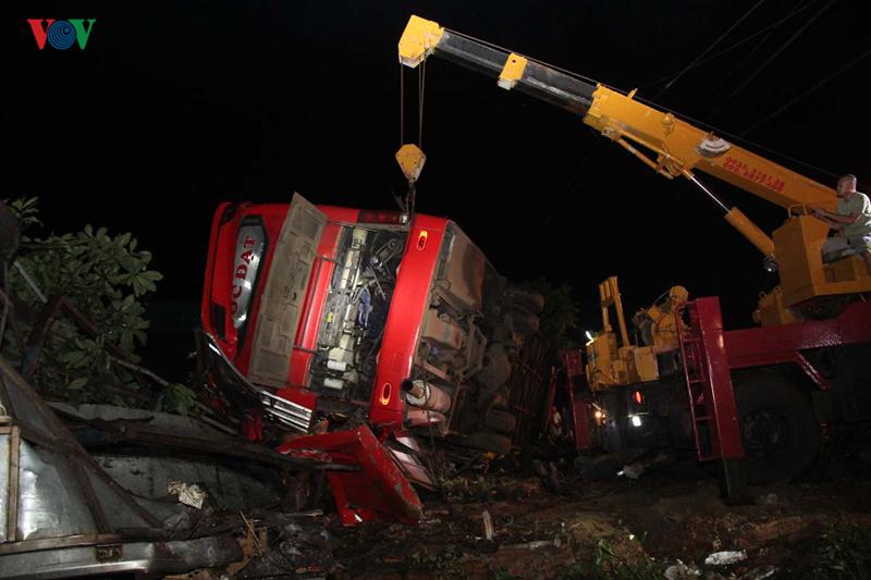 Xe khách mất lái tông xe tải, 1 người chết, 10 người trọng thương