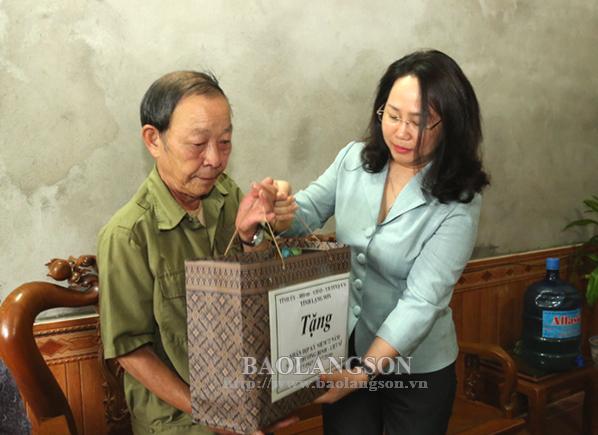 Đồng chí Bí thư Tỉnh uỷ thăm, tặng quà gia đình chính sách  trên địa bàn huyện Cao Lộc