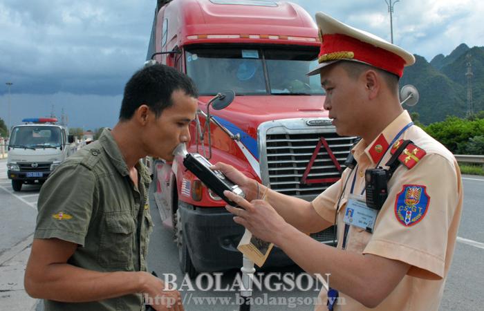 Tổng kiểm soát xe chở khách, xe container, xe mô tô: Kiểm tra chặt, xử lý nghiêm