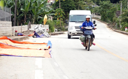 Phơi nông sản trên đường - mất an toàn giao thông