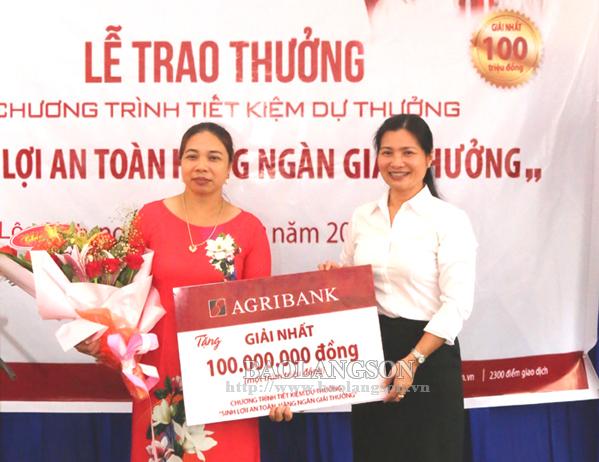 Agribank Lạng Sơn trao thưởng 100 triệu đồng cho khách hàng may mắn