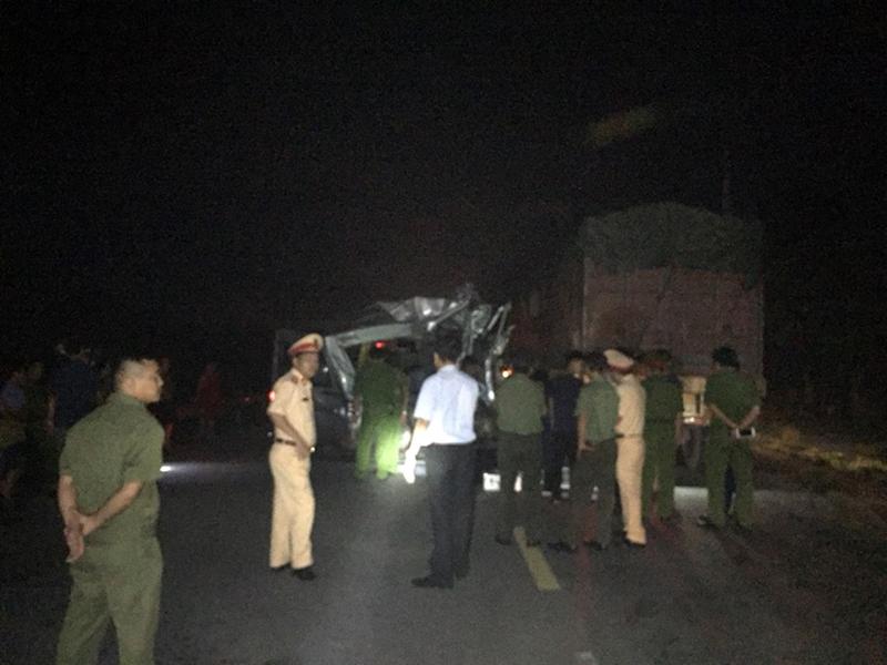 Xe container va chạm xe khách ở Hưng Yên khiến 16 người bị thương