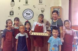 Dạy trẻ làm bánh trung thu: Giữ truyền thống cho tương lai
