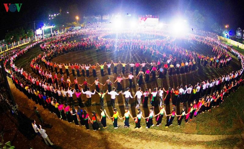 """Dừng đăng ký kỷ lục Guinness """"màn đại xòe Việt Nam lớn nhất thế giới"""""""