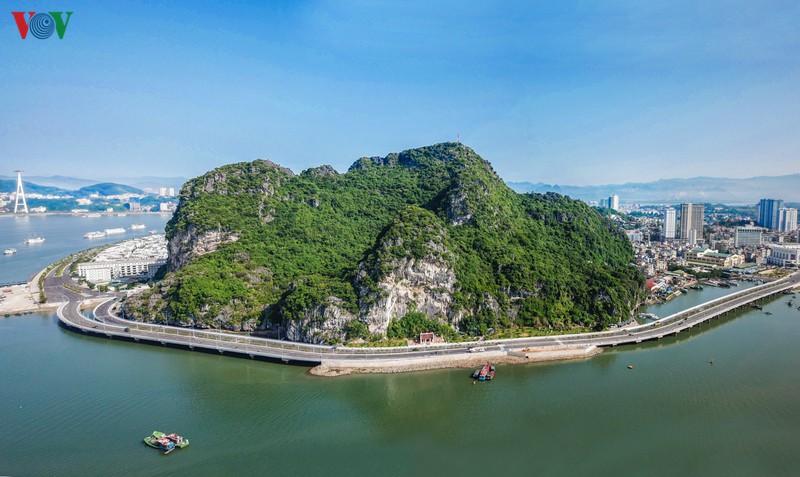 Ngắm vịnh di sản từ con đường bao biển đẹp nhất Hạ Long