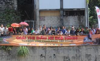 Dân trèo lên nóc nhà xem ô tô so kè tốc độ dưới suối Hà Giang