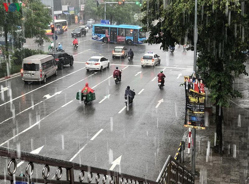 Dự báo thời tiết hôm nay: Miền Bắc mưa dông, có nơi dưới 20 độ C
