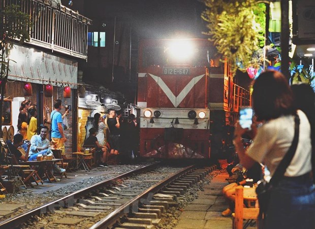 Giải tán tụ điểm phố cafe đường tàu 'thách thức tử thần' ở Hà Nội