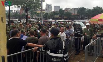 """""""Thương binh"""" làm loạn trước trụ sở VFF, đòi vé trận Việt Nam - Malaysia"""