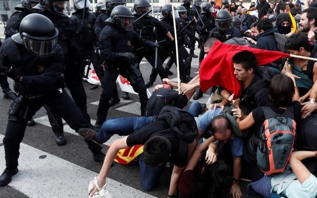 Nửa triệu người xuống đường biểu tình, bạo lực bùng phát tại Catalonia