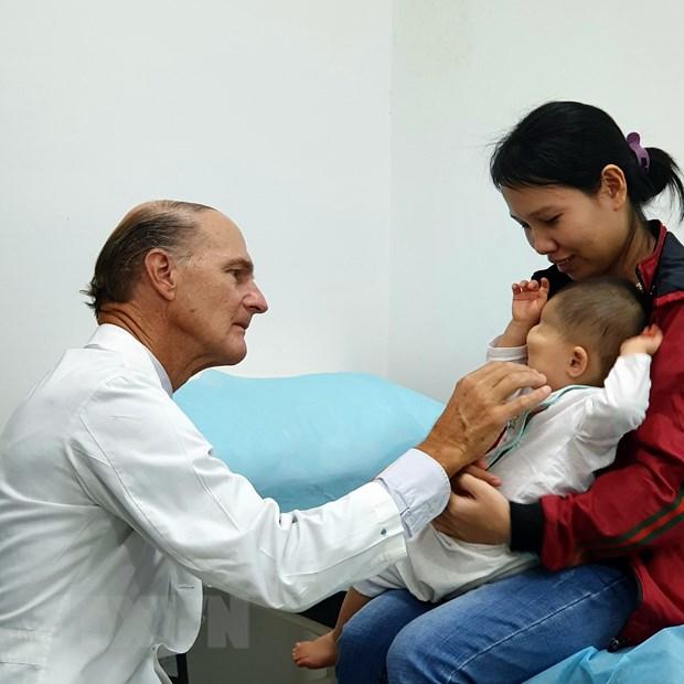Bác sỹ người Mỹ trở lại Việt Nam mổ miễn phí cho bệnh nhi nặng