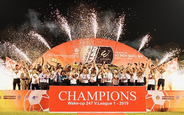 Hà Nội FC nhận Cúp vô địch, Than Quảng Ninh bảo vệ vị trí thứ ba