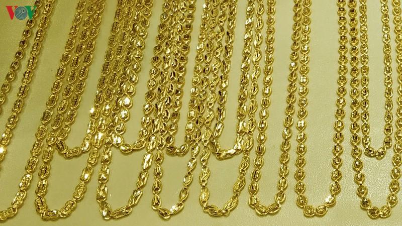 Giá vàng tăng mạnh, vượt mốc 44 triệu đồng/lượng