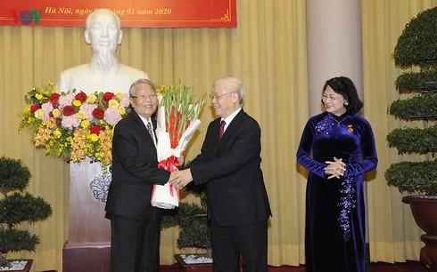 Ông Trần Đức Lương, bà Đặng Thị Ngọc Thịnh được trao tặng Huy hiệu Đảng
