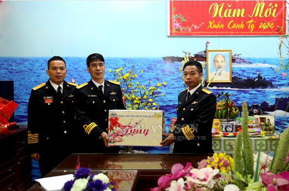 Bộ Tư lệnh Vùng I Hải quân thăm, chúc tết chiến sĩ tại đảo tiền tiêu