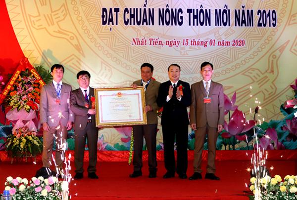 Xã Nhất Tiến đón bằng công nhận xã đạt chuẩn nông thôn mới