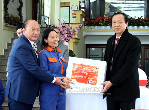 Chủ tịch UBND tỉnh kiểm tra công tác trực, phục vụ tết tại Công ty TNHH Huy Hoàng