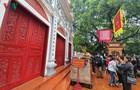 Ảnh: Đền Ngọc Sơn, Phủ Tây Hồ đóng cửa, người dân đứng ngoài vái vọng