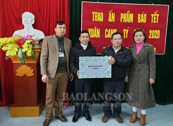 Trao tặng trên 200 ấn phẩm báo tết và một số trang thiết bị cho xã Trấn Ninh