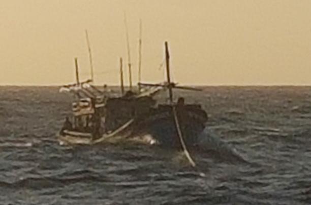 Tàu 743 cứu kéo tàu cá KH 96543 TS về đảo Núi Le