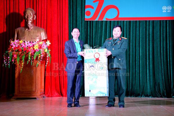 Trao 3.000 sản phẩm chai nước diệt khuẩn tại Lạng Sơn