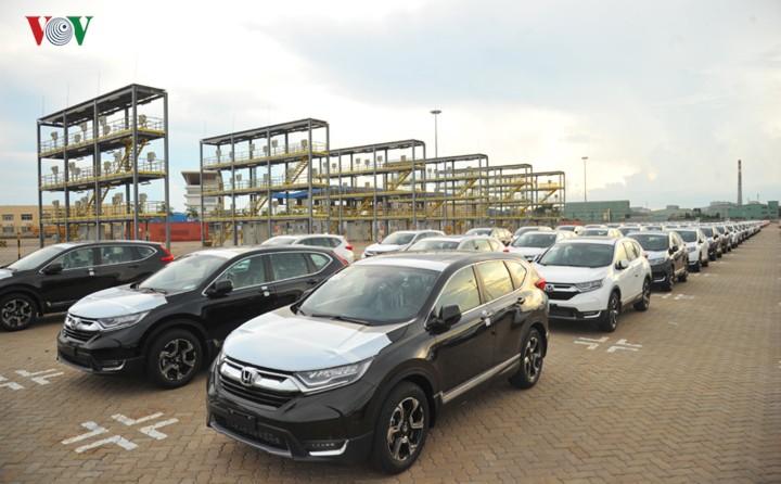 Liên tục giảm giá bán xe ô tô để kích cầu