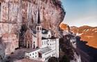 Vẻ đẹp cổ kính của nhà thờ cheo leo trên vách núi ở Italy