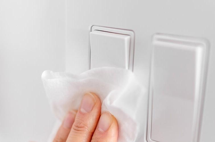 Để phòng tránh nhiễm khuẩn, cần lưu ý khử trùng vật dụng trong khách sạn