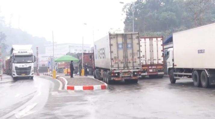 Gần 1.100 phương tiện chở hàng xuất khẩu tồn đọng tại các cửa khẩu