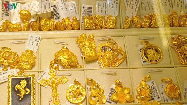 Vàng trong nước giảm nhẹ, giá vàng thế giới lao dốc phiên cuối tuần