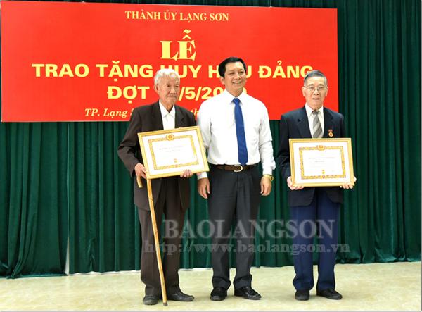 Thành ủy Lạng Sơn trao Huy hiệu Đảng cho 66 đảng viên