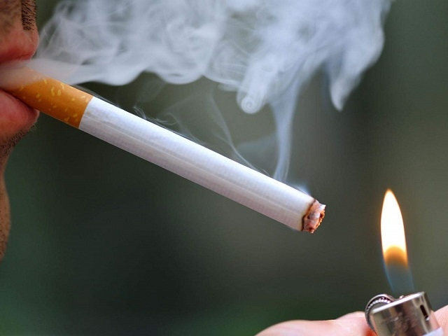 Người hút thuốc lá có nguy cơ nhiễm Covid-19 cao hơn