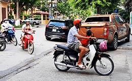 Cảnh báo mất an toàn giao thông khi để trẻ em ngồi trước người lái xe môtô
